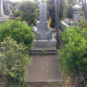 墓地に草が生えないようにします